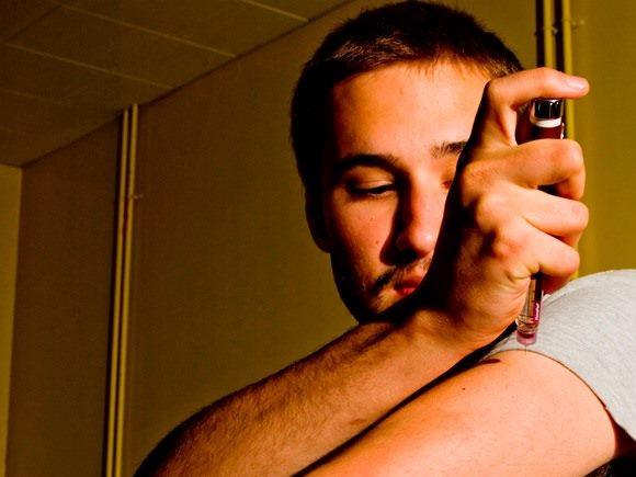 Adolescente administrándose una dosis de insulina - Flickr - York VISIOn - CC BY NC ND 2.0