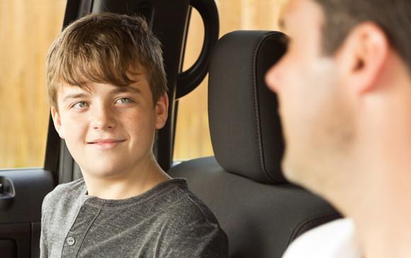 Adolescente hablando con su padre dentro de un coche - Barry Lenard - Flickr - CC BY-NC 2.0