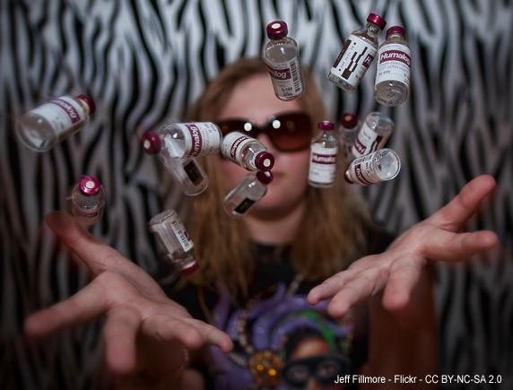 Adolescent llençant en l'aire flascons d'insulina - Jeff Millmore - Flickr - CC BY-NC-SA 2.0