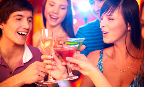 Adolescents bebent alcohol a una festa