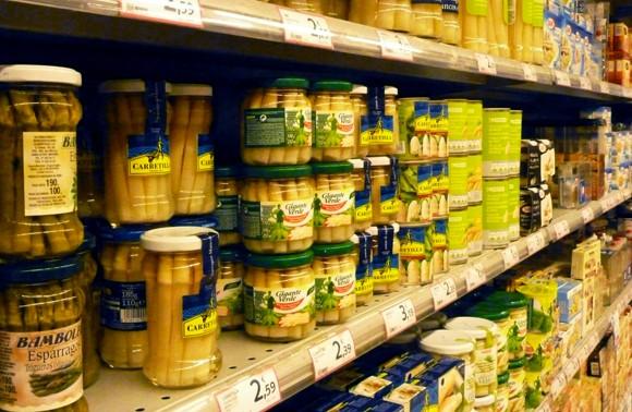 Prestatges d'un supermercat ple de productes