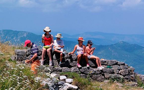 Familia de excursión comiendo en la montaña - Luc - Flickr - CC BY-NC 2.0