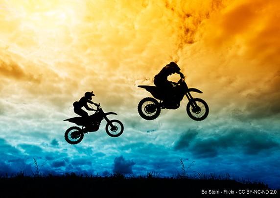 Motos saltando en el aire. Autor: Bo Stern - Flickr - CC-BY-NC-NC-2.0