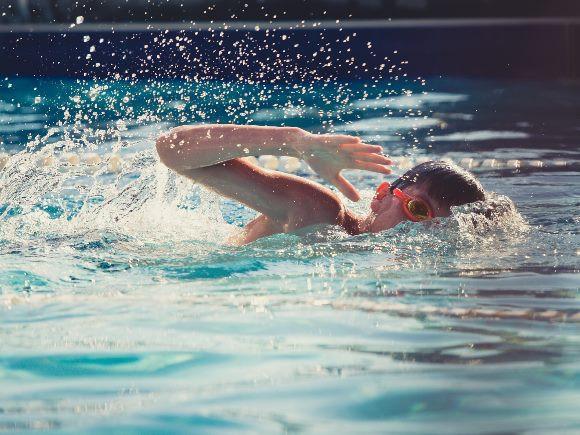 Niño practicando natación