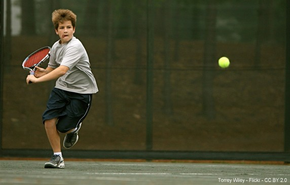 Niño jugando a tenis. Terrey Wiley pocketwiley - Flickr - CC BY 2.0
