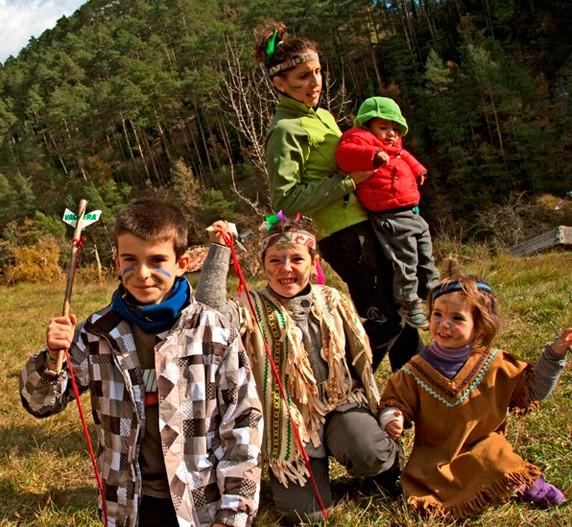 Niños jugando hacer el indio en plena naturaleza
