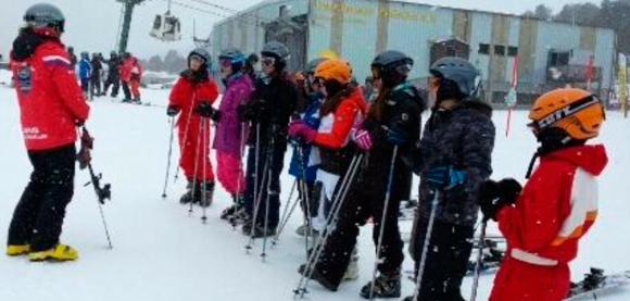 Niños en la nieve con esquís - Autor: Anna Aparicio