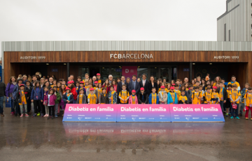 Niños, familias y organizadores en la I Jornada Diabetes Infantil tipo 1 i l'esport en el Camp Nou