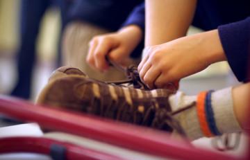 Adolescent cordant-se les sabatilles esportives - Alejandro Monge - Flickr - CC BY-NC-ND 2.0