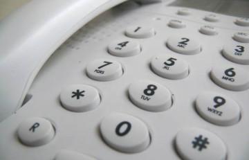 Si falla el sistema de monitorització de glucosa o la bomba d'insulina, tingues a mà aquesta llista de telèfons d'atenció al client