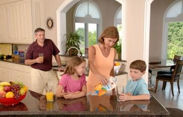 Família bebent suc de taronja
