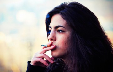 Chica fumando un cigarrillo - Federico Ravassard - Flickr - CC BY-NC-SA 2.0