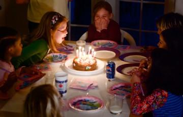 Niñas en una fiesta de cumpleaños a punto de soplar las velas del pastel - Jesse Millan - Flickr - CC BY 2.0