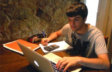 Marcel Barrera estudiando para su trabajo de investigación sobre diabetes y alimentación