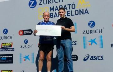 Miquel Pucurull entrega un xec donatiu al Dr. Roque Cardona de l'Hospital Sant Joan de Déu