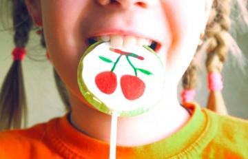 Niña con piruleta en la boca - Feel the silence - Flickr CC BY-SA 2.0