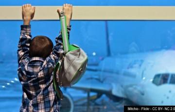 Nen mirant un avió a l'aeroport - Mitchio - Flickr - CC BY-NC 2.0