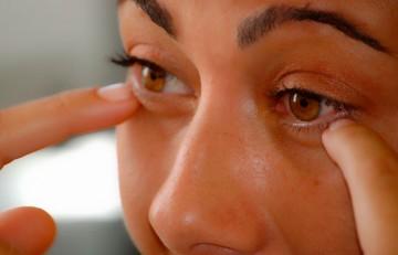 Chica señalándose los ojos - Pixabay CC0
