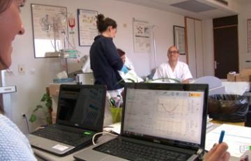 Professionals clínics amb una participant de l'assiag clínic
