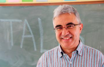 Profesor delante de la pizarra de un aula - Juan Carlos Mejía - Flickr - CC BY-NC 2.0