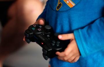 Niño jugando con un videojuego - Bea Represa - Flickr - CC BY-2.0