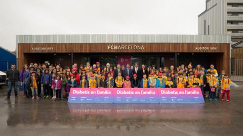 Nens, famílies i organitzadors a la I Jornada Diabetis Infantil tipus 1 i l'esport al Camp Nou