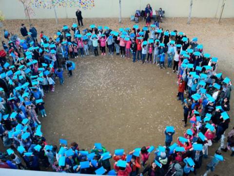 Círculo azul de la escuela Miquel Martí i Pol de Sant Feliu de Llobregat