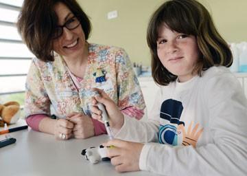 Educadora amb pacientes con diabetes tipo 1 - Foto: Hospital Sant Joan de Déu Barcelona