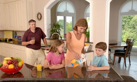 Familia bebiendo zumo de naranja