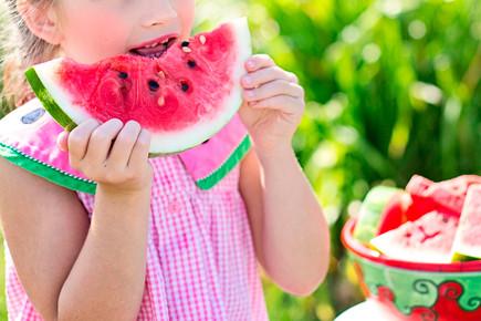 Nena menjant síndira - Pixabay - CC0