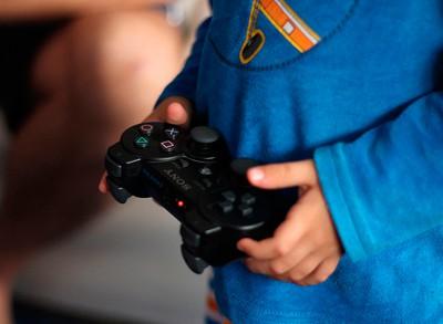Nen jugant amb un videojoc - Bea Represa - Flickr - CC BY-2.0