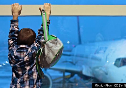 Niño mirando un avión en el aeropuerto - Mitchio - Flickr - CC BY NC 2.0