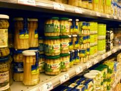 Estantes de un supermercado lleno de productos