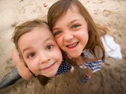 Hermanas abrazándose en la playa - Christian Dembowski - Flickr - CC BY NC ND 2.0