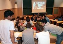 Debat i treballs en grups en una sessió d'Escola Amiga