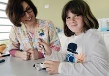 Niña con diabetes en consulta del Hospital Sant Joan de Déu