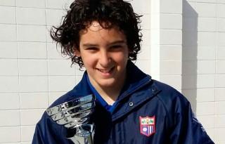 Aleix Rodriguez sujetando una copa de su equipo Los Gladiators