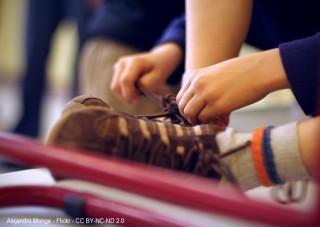 Adolescente atándose los cordones de las zapatillas de deporte - Autor: Alejandro Monge - Flickr - CC BY-NC-ND 2.0