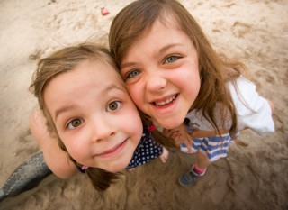 Germanes fent-se una abraçada a la platja - ChristianDembowski - Flickr - CC BY-NC-ND 2.0