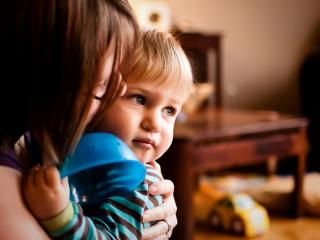 Madre abarazando a su hijo - Scott Howse - Flickr - CC BY-NC 2.0