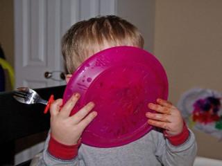 Niño con un atracón de comida