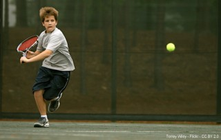 Niño jugando a tenis. Terrey Wiley pocketwiley - Flickr - CC BY 2.0