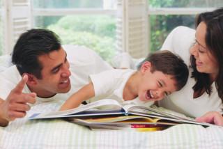 Padres explicando un cuento a su hijo