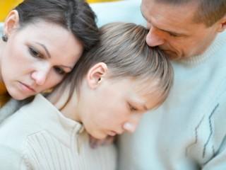 Padres consolando a su hijo triste