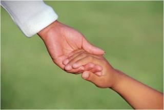 Madre dando la mano a su hijo