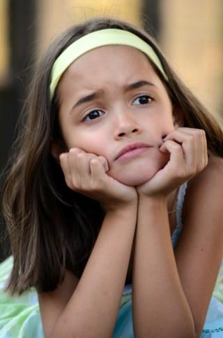 Nena amb sentiment de frustració