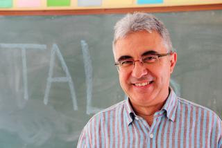Professor davant la pissarra d'una aula - Juan Carlos Mejía - Flickr - CC BY-NC 2.0