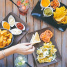 Mesa llena de snacks