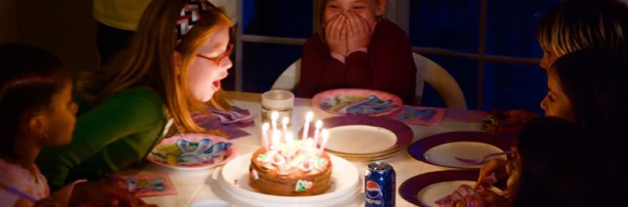 Nenes a una festa d'aniversari a punt de bufar les espelmes del pastís- Jesse Millan - Flickr - CC BY 2.0