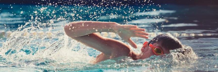 Nen practicant natació